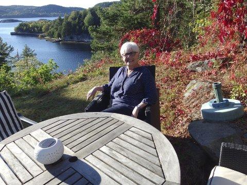 FLOTT UTSIKT: Med flott utsikt over Sauøysundet feirer Eva Thomsen 70-års dagen hjemme med familie og venner.   –  Jeg gleder meg over livet og ser bare positivt på at jeg er sytti, sier hun. Foto: Tille Andreassen