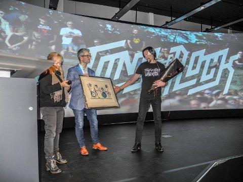 PRISEN: Festivalsjef Svein Bjørge (th) mottok Kommunikasjonsprisen 2017 av Henrik Diskerud Meier og Mette Risbråthe i Kommunikasjonsforeningen i Østfold.