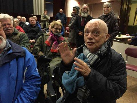 ENGASJERT: Kai Andersens fortalte om gamle minner fra Arbeidersamfundet. – Her ble Haldens første fanklubb startet i 1956 eller-57. Elvis Presley-fanklubb, fortalte han.