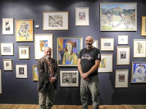 LOKAL KUNST: Emil Stang Lund (tv) og Trond Arne Vangen ved noen av bildene, som stilles i Kulturhuset og i lokalet til den tidligere bokhandelen i Storgata. – Halden Kunstforening stiller ut 130 bilder, sier de.