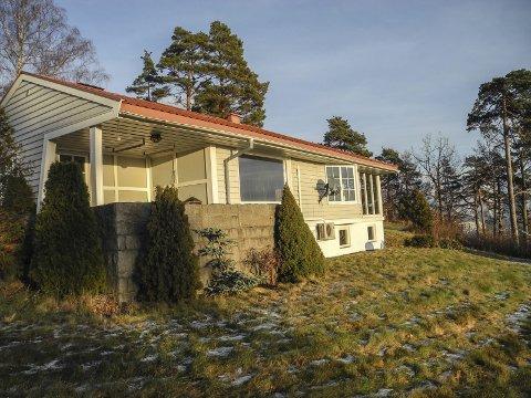 USJENERT: Boligen ligger på et høydedrag og har 3,6 mål utsiktstomt. Huset er tegnet av arkitekt Odd Gehgenbach på 50-tallet.