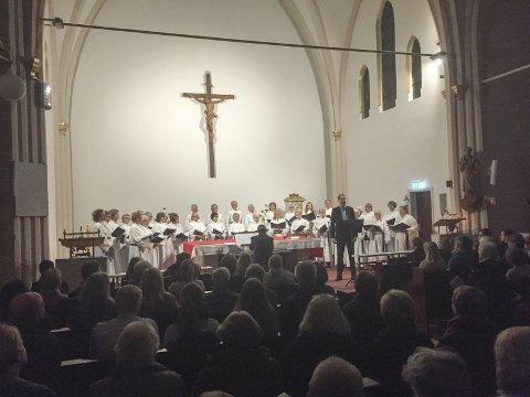 GOD STEMNING: Halvor Kjerkreit fra Råde var årets solist under Lucia-konserten i St. Peter kirke.