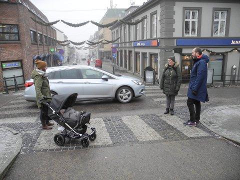 SKREKKEKSEMPEL: Flotte gangfelt, men trappene bak bilen er bratte og uten merking.  – Vi liker ikke disse trappene, men vi vet om fallgruva, sier Eirin Snøsen (tv) og Birgit Snøsen.
