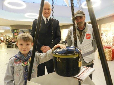 PASSER JULEGRYTA: Fra venstre ser vi Herman Håkensen, Øyvind Askevold og Knut Brattås fra Frelsesarmeen. De forteller om en enorm giverglede.