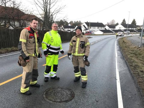 Halden kommune og brannvesenet jobber på stedet, men kommunen vet ikke når vannet kommer tilbake.