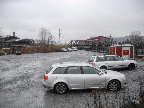 TYSKA: Her er det en gruset parkeringsplass, hvor det kan bli tømmestasjon for bobiler.