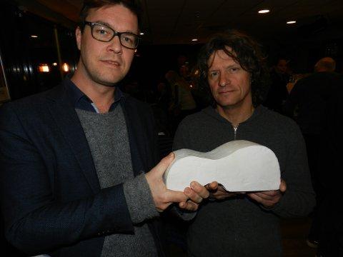 SKULPTUREN: Slik ser Espen Holtan i prosjektgruppen og kunstner Nico Widerberg for seg at gitarskulpturen kan bli. De ønsker å plassere den på Torget utenfor Lunchbaren, der det i dag er mopedparkering.