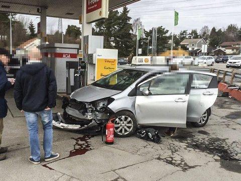 STORE SKADER: På ulykkesbilen kan man tydelig se at den har holdt en god hastighet gjennom porten i vaskehallen på Brødløs.Arkivfoto