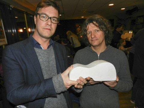 KUNSTNEREN: Espen Holtan (tv) og kunstner Nico Widerberg med modellen av gitarmonumentet i et folkemøte 2. mars.Foto: Arkiv
