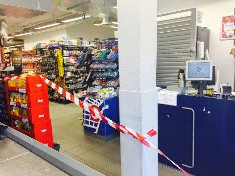 Deler av butikken er sperret av med sperrebånd. (Foto: Anne Mørk-Tønnesen)