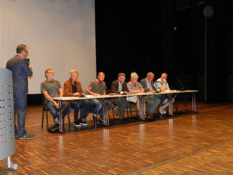 FRA FOLKEMØTE: Politikere fra de fleste partier stilte. Ordfører Thor Edquist styrte ordet. Fra venstre: Jan Erik Andersen (Rødt), Fridtjof Dahlen (SV), Arve Sigmunstad (Ap), Geir Helge Sandsmark (V), Anne-Kari Holm, (Sp), Dagfinn Stærk (KrF) og Fredrik Holm (H). Frp var ikke representert.