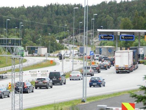 SKAL BORT: Siste rest av bomstasjonen på E6 ved Svinesundsbroa skal bort.