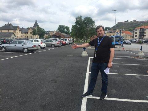 FESTIVALSJEF: Jørn Brynildsen i Mat- og havnefestivalen viser fram stedet der haldensere kan parkere gratis i helgen.
