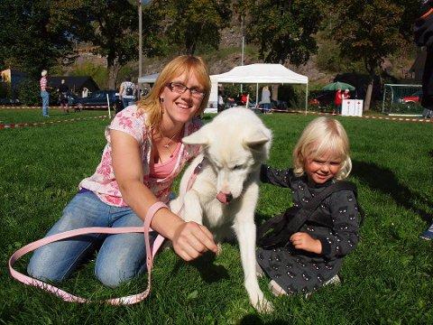 Fjorårets søteste hund ble hunden Lady. Her er hun sammen med eier Anne Berit Schei Johannesen og datteren Amalie Schei
