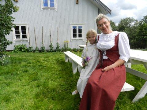 Elvira Rustad-Krog (tv) og Hilde Rustad er statister.