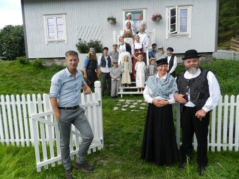 Programleder Gaute Grøtta Grav (tv) sammen med mentors frue Hedda Kortnes og mentor Rolf Arild Engebretsen og statister. Vi er i Finnsvika ved Kornsjø.