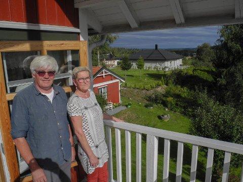 HUS FRA 1961: – Vi merker ikke så mye til de nye naboene. Boligfeltet ligger bak oss. Vi synes det bare er hyggelig med nye hus og naboer, sier Kai og Heidi Andersen.