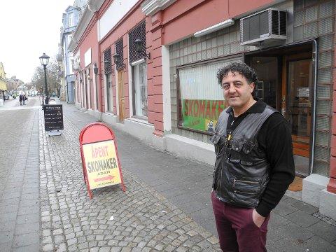 FLYTTET: Skomaker Adam Suslu har åpnet i Storgata.
