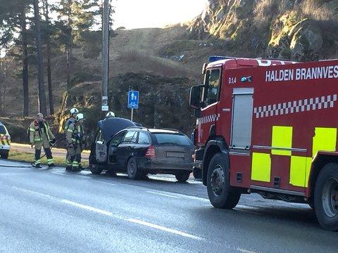 UTRYKNING: En bil tok fyr på Iddeveien mandag ettermiddag.