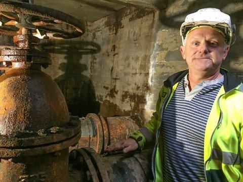 UNDER JORDA: To og en halv meter under bakken viser fagleder Roy Prang fram ventilen som må skiftes natt til onsdag. Han oppfordrer alle til å ta forholdsregler og tappe vann i tide.
