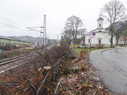 IMMANUELS KIRKE: En rekke trær langs jernbanelinja forbi Immanuels kirke er felt. Dermed blir kirken mer synlig i bybildet.