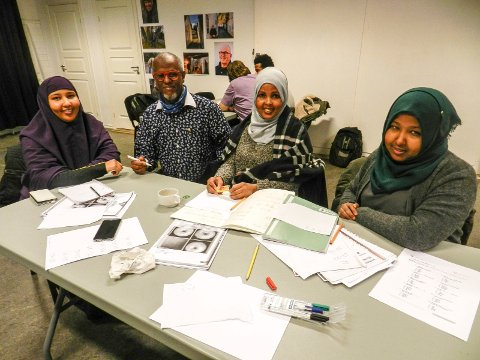 GLADE: Fra venstre ser vi Iqra Abukar, leksehjelper Rashid Bile, Saynab Hirsi og Fadumo Abdullahi.