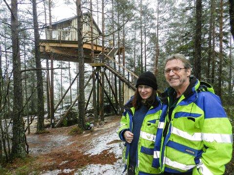 TRETOPPHYTTE: Dorota Szymczak og Thorbjørn Wold viser fram Elghytta. Den er bygd oppe i trærne.