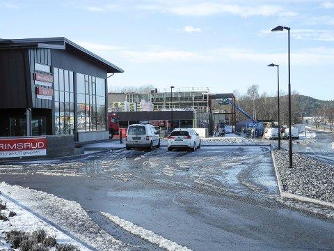 BYGGEARBEID: Påbygget i Svinesundsveien 336 får samme utseende som Grimsrud-bygningen (nærmest).