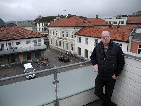PÅ BYENS TAK: Alf Heggen trives i sameiet Lille Torget ved Svenskegata. - Det blir spennende med utbygging av nye leiligheter og et uteområde, sier han.