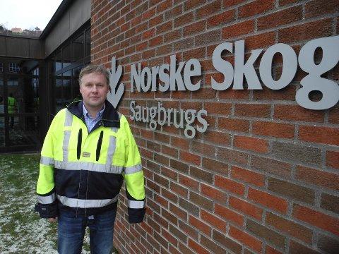SLITER: Norske Skog er inne i ekstremt tøffe tider. Konkurs er et mulig utfall. Fabrikkdirektør Kjell-Arve Kure ved Saugbrugs har likevel stor tro på Saugbrugs i framtiden.