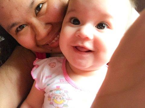 BLIR IKKE HØRT: Marie Sanne sammen med datteren Kristin Marie. De to befinner seg nå på Filippinene, mens resten av familien er igjen i Halden.