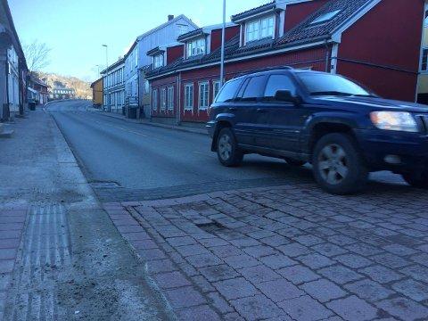 FARLIG HULL: Ikke så lett å se på bildet, men til venstre for bilen er det et hull eller en fordypning i veien som kan skape farlige situasjoner for tohjulinger.