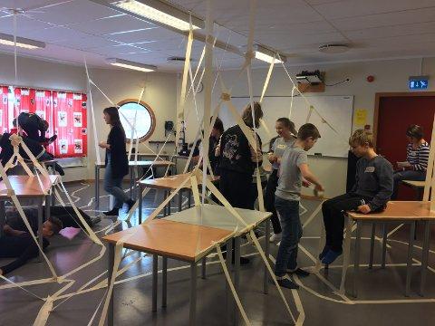 KUNST: Det gikk med mye maskeringstape da 8.klassingene på Risum deltok i prosjektet Kropp i Rom. Og elevene gikk til oppgaven med iver og glød.