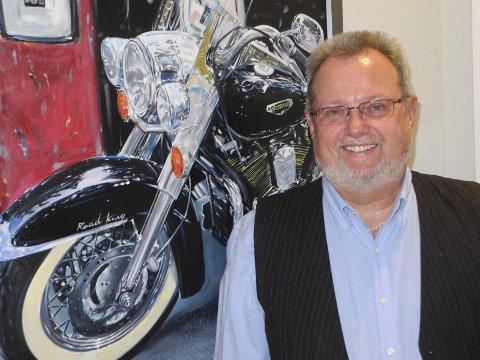 Harley: Hans andre lidenskap er Harley'en. Bent Skogli har et maleri av sykkelen hengende på kontoret, bare for å vise at Halden Taxis daglige leder trives like godt på to som på fire hjul.Foto: Bjørn Ystrøm