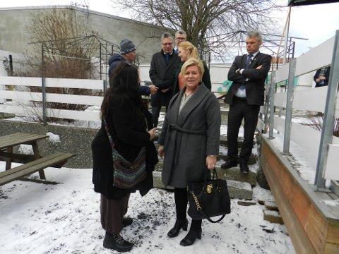 HILSER: Her hilser Wenche Eriksen som leder frivilligsentralen på Siv Jensen.