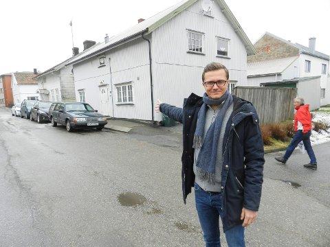 PÅ IS: Busterud-prosjektet med 22 leiligheter i kvartalet bak Richard Olsen, direktør i Habo, er lagt på is. Målet var at de skulle stå ferdig i 2017.