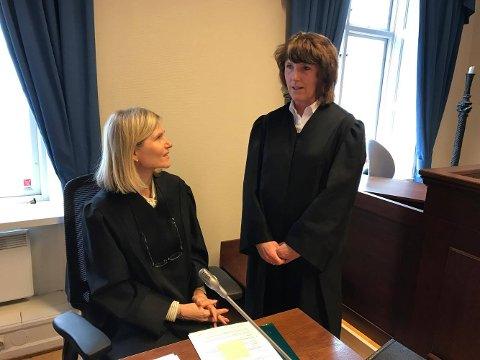 I GANG: Aktor Elisabeth Raastad og Kristin Morch, forsvarer for Ole Kristian Sørlie, i samtale før rettssaken startet i Hakden tingrett i dag.