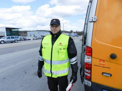 FORNØYD: Ingen russebilen hadde så langt blitt avskiltet da HA var på stopposten. Her ser vi kontrolleder Vidar Samuelsen.