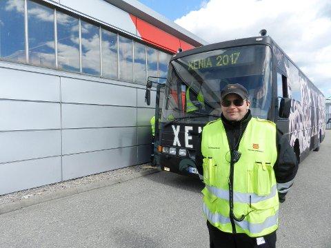FORNØYD: Kontrolleder Jens Mikkel Ørseng sier dette om russebussene: – De er jo litt tøffe!