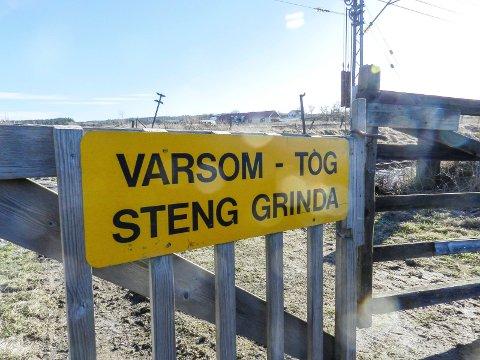 PÅKJØRT AV TOG: Jernbanesporet går like nedenfor gården.