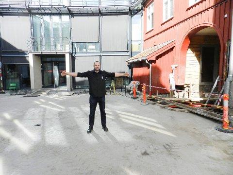 Her kommer den nye scena. Tommy Gjersøe viser hvor.  Byggingen starter rett over helga.