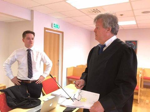 """""""RANSSAKEN"""" I RETTEN: Aktor Nils Vegard (til høyre) i samtale med Sven Olle Nohlin som forsvarer en av de tre mennene som er tiltalt i rettssaken som nå pågår Halden tingrett."""