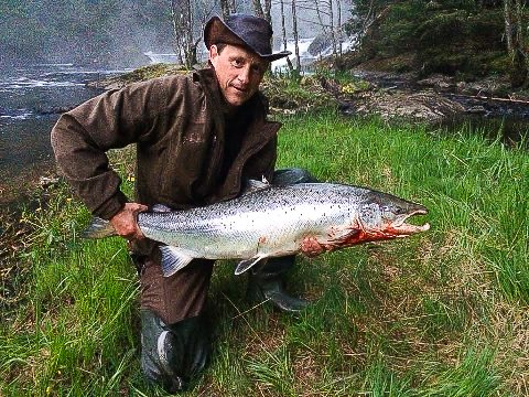 NATTENS STØRSTE: Denne ruggen på 13,2 kilo var den største laksen under sesongåpningen av årets laksefiske i Berby. Den fornøyde fiskeren er Eivind Karlsen.