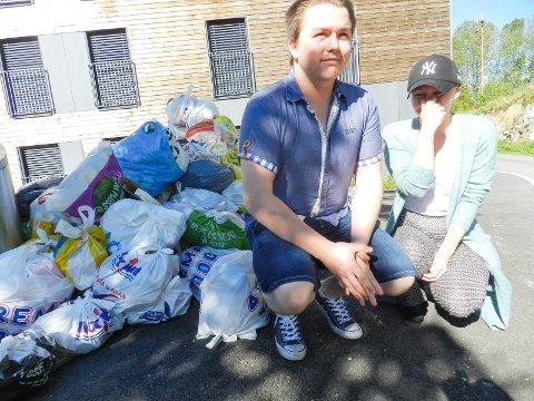 DET STINKER: Amanda Kristine Hansen og Jim - Alexander Berger Gundersenregarer og lurer på hvorfor søpla ikke blir fjernet.