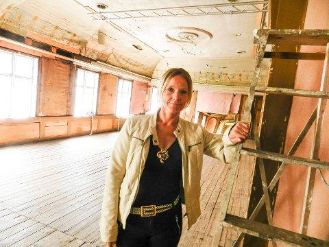 KULTUR: Marita Rognøyi Halden kulturråd forteller de ønsker en labngsiktig leieavtale. Da kan også midler til denne gamle teatersalen skaffes til veie.