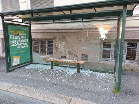 KNUST: Glasset i dette busskuret på Nordsiden ble også pulverisert i natt.