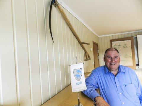 Morsom gave: Jon Fredrik Olsen lo godt  da «gutta på teknisk» forærte ham en ljå. Den kom kjapt opp på kontorveggen. Snart kan han ta den med seg hjem til Kråkerøy utenfor Fredrikstad.