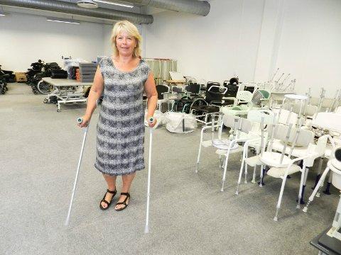KRYKKEPROBLEM: – Flere glemmer dessverre å levere tilbake krykkene de har lånt. Det blir borte ca. 30 i året, forteller leder Eva Bjørndal.