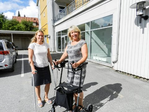 HJELPER DEG: Kommunalsjef Veronica Aam (tv) og leder Eva Bjørndal utenfor Hjelpemiddellageret.