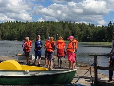 FISKETUR: Røde Kors i samarbeid med AJFF Halden har tatt med seg latviske barn på fisketur.